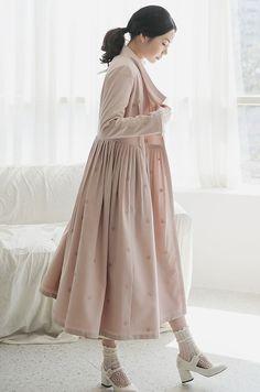 처음 선뵈는 자수 디자인입니다. 한복에서는 많이 사용되는 문양으로 이번에 뽀뿌리에서 선보입니다. Chinese Clothing Traditional, Korean Traditional Dress, Traditional Dresses, Fashion Wear, Couture Fashion, Fashion Outfits, Korea Dress, Modern Hanbok, Wrap Clothing