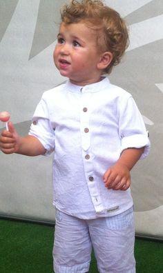 Preciosa camisa cuello maho con largura de la manga adaptable. Disponible en color blanco y beige.