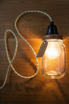 Retro/vintage lamp in glazen pot. Deze hippe lamp kan gebruikt worden als hanglamp, maar kan natuurlijk ook ergens neergezet worden Kleine pot: Ongeveer 14 cm hoogte 25EUR Inclusief: - Glazen pot (let op: de design kunnen afwijken bijvoorbeeld: http://www.briscoes.co.nz/productimages/medium/1/5116_10124_11659.jpg) - Gloeilamp - Fitting - Trekontlaster - 2 meter gedraaid strijkijzersnoer (donkergroen, grijs, rood)