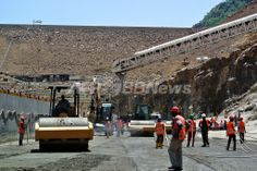 エチオピアのオモ(Omo)渓谷に建造が進むギベ3(Gibe III)ダムの地下トンネル入り口そばを歩く作業員(2012年5月22日撮影)。(c)AFP/JENNY VAUGHAN ▼11Jun2012AFP|世界最大の砂漠湖を脅かす隣国のダム、ケニア http://www.afpbb.com/articles/-/2883441 #Gibe_III