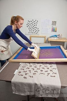 Always interesting to see screen printing in action. This is using a very large screen and long piece of fabric, to make a lovely repeat fabric pattern. Textile Prints, Textile Design, Fabric Design, Stencil, Diy Screen Printing, Stamp Carving, How To Dye Fabric, Dyeing Fabric, Tampons