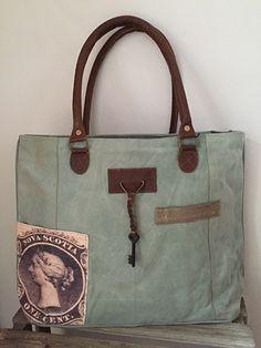 29efad177fe Stoere vintage blauwe schoudertas met zegel met lederen hengsels van  Colmore by Diga pinlake lodge sluit