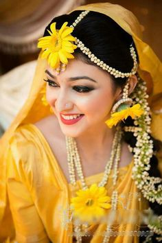 Stunning Wedding Dresses Stylish and Eye-Catching look 2017 Mehndi Designs Front Hand, New Bridal Mehndi Designs, Mehandi Designs, Bridal Looks, Bridal Style, Moda Indiana, Bengali Bride, Bengali Wedding, Haldi Ceremony