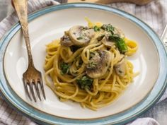 Spaghetti with mushrooms in herb sauce ~ Μακαρόνια με μανιτάρια Greek Beauty, Recipe Collection, My Recipes, Stuffed Mushrooms, Spaghetti, Healthy Eating, Tasty, Herbs, Cooking