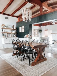 Every room needs a touch of black, and @_littlebitofgrace_ hits the nail on the head with her gorgeous dining chairs! 🔨 💯 Her exposed beams pair perfectly with her farmhouse dining table, which is sitting on our Chicota area rug! Her open floor plan and boho accents have this farmhouse looking elegant and refined! 💎 Farmhouse Kitchen Tables, Modern Farmhouse Kitchens, Modern Farmhouse Style, Farmhouse Style Decorating, Farmhouse Decor, Exposed Beams, Open Plan Living, House Rooms, Home Decor Inspiration