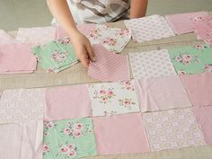 Tutorials DIY: How to Make a Simple Patchwork Quilt in Pastel Colors Over . Quilt Baby, Cot Quilt, Patchwork Blanket, Patchwork Quilting, Love Sewing, Baby Sewing, Quilt Patterns, Sewing Patterns, Sewing Crafts