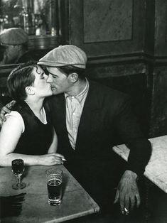 Una pareja se besa en el interior de un bar a principios de los años 30.Brassaï