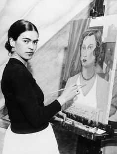 Painter Frida Kahlo was a Mexican self-portrait artist who was married to Diego Rivera and is still admired as a feminist icon. Frida E Diego, Frida Kahlo Diego Rivera, Famous Artists, Great Artists, Exposition Interactive, Kahlo Paintings, Foto Top, Tina Modotti, Feminist Icons