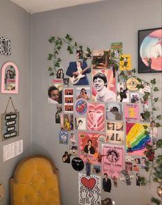 Convierte tu pared en un collage para tus selfies Indie Room Decor, Cute Room Decor, Room Ideas Bedroom, Bedroom Decor, Bedroom Inspo, One Direction Room, Chambre Indie, Photowall Ideas, Retro Room