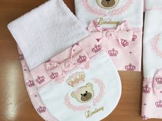 Kit fralda grande, fralda de boca e regu Crochet Bib, Baby Embroidery, Burp Cloths, Bibs, Ideas Para, Bandana, Needlework, Sewing Projects, Baby Quilts
