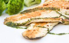 POISSON EN PAPILLOTE ET BROCOLIS Laver les brocolis, les couper en petits bouquets et émincer l'oignon. Les faire cuire à la vapeur 15 minutes. Réserver au chaud. Préparer les papillotes de poisson pour une cuisson vapeur. Mettre les poissons dans du papier cuisson, ajouter les gousses d'ail émincées, une rondelle de citron. Saler et poivrer légèrement. Cuire à la vapeur pendant 10 à 15 minutes.  Écraser les brocolis et l'oignon en purée grossière. Saler et poivrer légèrement…