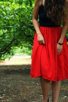 Un must-have très facile à faire en couture : la jupe longue et fluide ! Ici, le patron pour une jupe longue rouge parfaite pour le printemps !