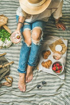 style outdoor picnic French style romantic picnic setting Young woman in denim pants with glass of ice rose wine strawberries croissants brie cheese hat sunglasses peony. Picnic Images, Picnic Pictures, Picnic Set, Summer Picnic, Picnic Tables, Picnic Photography, Drink Photo, Romantic Picnics, French Models
