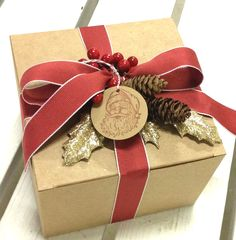 Stampin' Up! gift box using the Best of Christmas stamp set for the tag #santa #pinecones #christmas