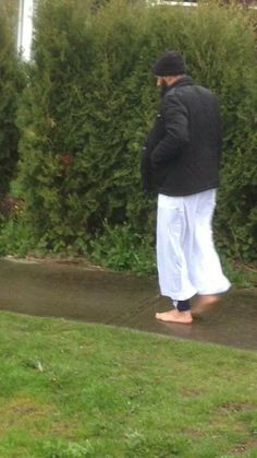 Man returning from mosque gives fellow bus rider his shoes, walks home barefoot