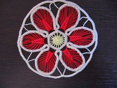detailed photo tute on how to make this romanian crochet cord lace - italian Crochet Cord, Crochet Lace, Needle Lace, Bobbin Lace, Bruges Lace, Romanian Lace, Point Lace, Plate, Irish Crochet