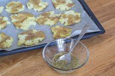 Knuste kartofler med hvidløg rosmaring og parmesan Parmesan, Good Food, Pudding, Desserts, Blog, Handmade, Tailgate Desserts, Puddings, Dessert
