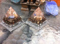 Piramides de 7cm, con cuarzo, citrino y sodalita