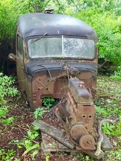 Abandoned cars in the woods. Source Facebook.com Abandoned Buildings, Abandoned Houses, Abandoned Places, Abandoned Vehicles, Vintage Cars, Antique Cars, Pompe A Essence, Rust Never Sleeps, Rust In Peace