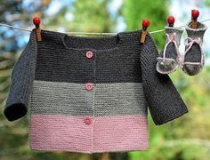 Layette tricotée entièrement à la main. Travail soigné et délicat. finitions impeccables. Les fils utilisés sont de qualité et spécialement adaptés à la peau fragile - 10954747