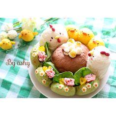 *本日のキャラちぎりパン* 《にわとりとひよこのちぎりパン♪》 「ぴよぴよっ!」 草むらの中から可愛い鳴き声! 覗いてみると家族に見守られながら 切り株の上でひなが 誕生しているところ♡ を表現しました◡̈   ↓↓↓  「日本一簡単に家で焼けるパンレシピ」  第一弾 スクエア型レシピより 牛乳&バター多めちぎりパンをベースに 粉 280g・砂糖 17g・塩 3g・バター 14g に変更しました。  絵を描いておくと成形時間 短縮につながります!  はじめにほうれん草パウダー、ココアを 小さじ1/2に同量の水でといておき、 かぼちゃは30gほどペーストを用意しておく。  一次発酵前のこねあがった生地を にわとり 80g×2コ=160g(白生地) 卵             2g×7コ=14g(白生地) 切り株    70g×1コ=70g(ココア生地) 草むら    40g×4コ=160g(緑生地) ひよこ    20g×3コ=60g(黄色生地) になるように分け、 それぞれに色を練りこんでいく。 ※生地が少し余りますが、 デザインによって好きなものを作ったり…