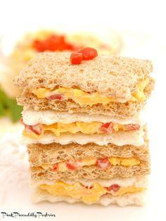 Rosa Piccadilly-Gebäck: Pimiento-Käse-Tee-Sandwiches - Homemade - Eat Or Not Mini Sandwiches, Appetizer Sandwiches, Finger Sandwiches, Appetizers, Wraps, Sandwich Fillings, Veg Sandwich, Sandwich Recipes, Pimiento Cheese