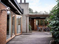 Arkitekt Hugo Lindells egenritade villa till salu - Stadshem Villa, Teak, Garage Doors, Outdoor Decor, Home Decor, Interiors, Decoration Home, Room Decor, Home Interior Design