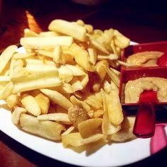 [#jales] Porção de batata canoa do TNT (@tntpub.beer). Acompanha 2 patês muito gostosos e o bom dessa batata é que ela é ótima para 'churchar' no molho pois seu formato contribui para que ela segure-o! (R$25 e bem servida!) #brisandovisita #brisandorecomenda #ondecomeremjales #ondeiremjales #tnt #batatacanoa #mccain #batatafrita #frenchfries