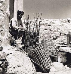 Basket maker in East Crete - Ανατολική Κρήτη - 1927 Crete Greece, Athens Greece, Old Photos, Vintage Photos, Foto Vintage, Greece Photography, Crete Island, Greek Art, Great Photographers