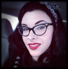 Love the whole look Rockabilly Music, Rockabilly Fashion, Rockabilly Style, Pin Up Nails, Hair And Nails, Cute Glasses, Cat Eye Glasses, Psychobilly Hair, Gothabilly