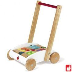 Deze leuke houten blokkenwagen van het merk Janod is een educatieve wagen dat het leren lopen ondersteunt. Een kind zal handigheid en bewegingscoordinatie ontwikkelen dankzij talrijke vormen: driehoeken, circels, vierkanten en rechthoeken. De blokjes zijn van massief hout.     Geschikt voor kinderen vanaf 12 maanden.   Afmeting: 33cm x 29cm x 46cm.     Item nummer 060ME-3 € 49.95