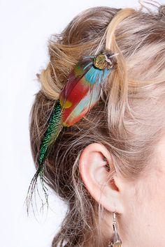 Feather Hair Clip Feather Hair Pieces, Feather Hair Clips, Feather Art, Homemade Hair Accessories, Carnival Girl, Hair With Flair, Feather Fashion, Feathered Hairstyles, Gorgeous Makeup