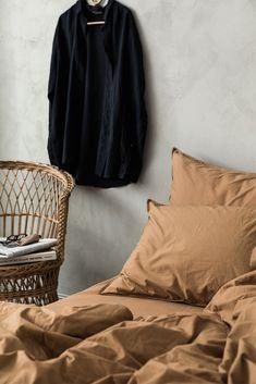 Bäddset om ett påslakan (220×240 cm) ochtvåörngott (50×60 cm).  100 procent ekologisk bomull.  Stentvättad tuskaft som ger en mjuk och lite krispig känsla.  100 cm öppning i fotänden.  För att slita så lite som möjligt på textilierna och miljön rekommenderar vi att våra produkter tvättas i 40°.