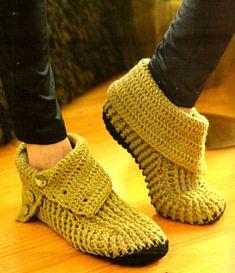 2 MODELOS DE BOTAS PARA TEJER A CROCHET CON BUENA EXPLICACION Crochet Shoes Pattern, Crochet Boots, Crochet Gloves, Crochet Slippers, Knit Crochet, Baby Boy Shoes, Crochet Woman, How To Make Shoes, Bare Foot Sandals