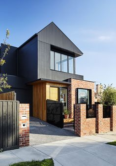 Shou Sugi Ban And Recycled Brick Make This Australian House Stand Out In addition to the burnt wood siding, this modern house also makes use of recycled red bricks and a natural finish shiplap timber cladding. House Cladding, Timber Cladding, Exterior Cladding, Shiplap Cladding, Brick And Wood, Burnt Wood, Modern House Facades, House Exteriors, Townhouse