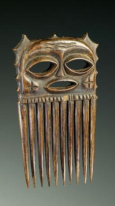 DR Congo Chokwe people wood comb, ca Sculpture Art, Sculptures, Afro Comb, Tribal Hair, Vintage Hair Combs, Barrettes, Art Carved, African Masks, Indigenous Art