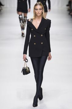 Versace Spring 2018 Ready-to-Wear Fashion Show - Anja Rubik Gianni Versace, Donatella Versace, Versace Versace, Fashion 2018, New Fashion, Runway Fashion, High Fashion, Fashion Outfits, Womens Fashion