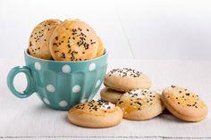 Çörek otlu kurabiye tarifi, çörek otunun sadece kurabiyeyi süslerken değil, hamurunun içinde de harikalar yarattığının bir kanıtı olsun. Afiyetler.