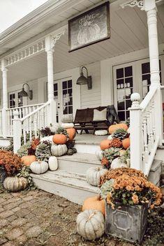 fall decor ideas for the porch Farmhouse Fall Porch Steps - Fall Home Decor, Autumn Home, Outdoor Fall Decorations, Seasonal Decor, Country Fall Decor, Rustic Fall Decor, Table Decorations, Veranda Design, Farmhouse Front Porches
