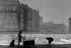 Robert Doisneau  //  Les glaneurs de charbon Paris   -  Canal Saint Denis, 1945.