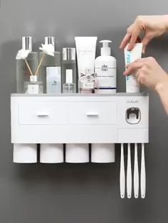 video interieur Integrated toothbrush holder(Make the messy sink surface clean and tidy in an instant) Bathroom Organisation, Bathroom Storage, Home Organization, Led Light Installation, Toothpaste Squeezer, Led Light Design, Cool Inventions, Cool Things To Buy, Cleaning