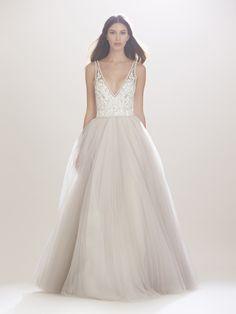 Imagen 110 Traje de novia fluido con cuerpo entallada, pronunciado escote en V y falda en tul | HISPABODAS
