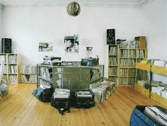 German DJs and their Living Rooms - Andre Galluzzi. Escape Room, Workspaces Design, Interior Design Inspiration, Room Inspiration, Studios, Vinyl Record Collection, Vinyl Room, Dj Booth, Home Studio