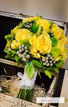 Buchetele moderne permit îmbinarea elementelor clasice cu accente inedite. Astfel frumusețea florilor poate fi pusă în evidență de prezența unor elemente deosebite cum ar fi fructele mici spicele de grâu batoane de vanilie sau scorțișoară pene colorate toate acestea îmbrăcate într-o formă aparte menită să îți scoată în evidență personalitatea. #Modern&Magic