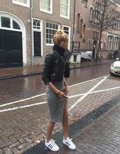 Oautfit para salir. Cómoda Falda lápiz gris, chaqueta negra, blusa negra y tennis blancos