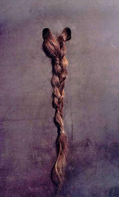 Jannis Kounellis 1969                                                                  plaque de métal et tresse de cheveux - musée national d'Art Moderne Paris
