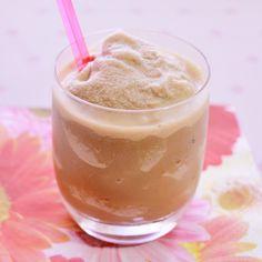 Vivesoy Cappuchino Frappé    Es una receta refrescante, para después de comer o para media tarde.    La bebida de soja Vivesoy Cappuccino tiene todas las propiedades de las bebidas de soja con un delicioso sabor para los amantes del café. Te facilitará la preparación de tus bebidas frías o calientes.