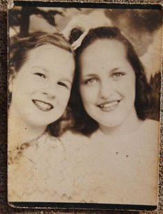 +~ Vintage Photo Booth Picture ~+ Summer time and best friends Antique Photos, Vintage Photographs, Vintage Images, Vintage Photo Booths, Love Photos, Interesting Faces, Mug Shots, Beautiful Children, Beauty Skin