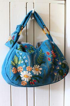 先日刺繍の様子をご紹介した作品。  やっと出来ました~~~!  ちょっと大き目のショルダーバッグ。 自分が欲しかった物を作っちゃいました♪  ...