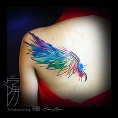Modèle de tatouage aquarelle sur l'épaule d'une aile d'ange https://tattoo.egrafla.fr/2016/02/13/modele-tatouage-aile-dange/